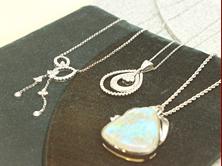 ダイヤモンド、パール、色石(各種)など、シンプルなものからエレガンスなものまで幅広く揃えてあります。 アフターフォローも万全です。
